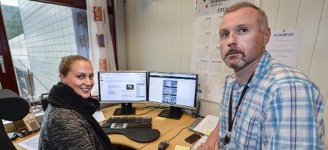 Veiledere på nett: Marthe Brun Farholm og Jan Terje Strandås sier at informasjon om de nye reglene for byggesaksbehandling ligger tilgjengelig på Rana kommune sine nettsider. FOTO: øyvind bratt