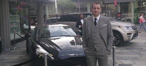 Morten Steingrimsen har dresset seg som James Bond i anledning presentasjon av Bond-piker i august. Nå er han forfatter.