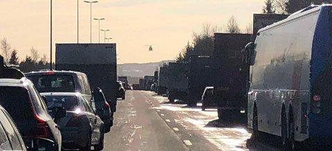 LUFTAMBULANSE: En person skal ifølge politiet være kritisk skadet etter en ulykke på E6 mellom Jessheim og Kløfta. FOTO: NINA SKYRUD