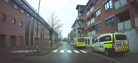RYKKET UT: Politi og ambulanse rykket ut til en adresse i Sarpsborg sentrum like ved Storbyen onsdag ettermiddag.