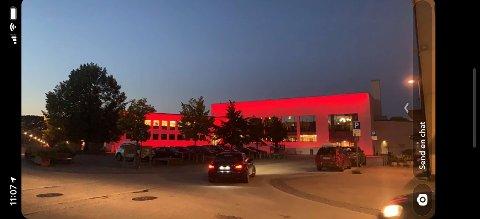 Da Steinkjer samfunnshus ble åpnet offisielt fredag kveld, var det ikoniske bygget fra 50-tallet rødt - som den røde løperen ved inngangen.