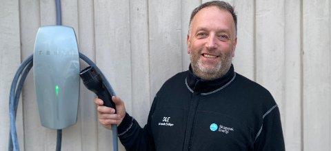 SJEKK: Tilsynsingeniør Christian Werth hos Skagerak Nett anbefaler alle nye elbil-eiere å ta en sjekk av hele det elektriske anlegget før elbilen lades hjemme.