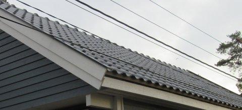 DETTE ER LIVSFARLIG: Her ligger en av de isolerte strømledningene nede på garasjetaket, mens en uisolert ledning henger under en halvmeter fra taket. Kravet er fire meter.