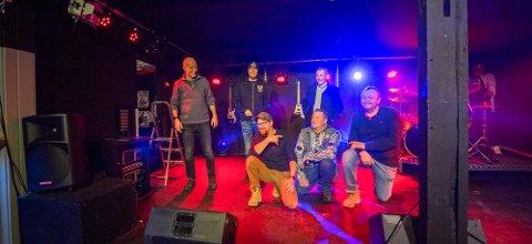DUGGFRISK GJENG: Dugg stående på scenen, fra venstre Jon Moslet, Trond Holst, Erik Bakk, sammen med arrangørene i KulturBrakka, fra venstre Trond Nielsen, Ole-magnus Holm, og André Kristiansen.
