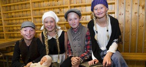 Tilbake til fortiden: Georg Bjurhult, Lotta Greaker, Oliver Blom Olrud og Sunniva Odden hadde kledd seg ut i anledning Lundes 150-årsdag. – Vi trives veldig godt her, sa de.alle foto: trond thorvaldsen