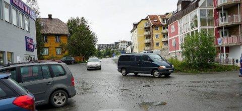 Knapp og trang: Trafikken mellom Kirkegata og Frydenlundgata skal kobles sammen gjennom denne svingen. Foto: Fritz Hansen