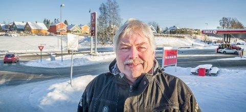 VIKEPLIKT: Kjørelærer Jan Røkland lurer på om han har vikeplikt for de som kommer ut i Tajevegen fra Circle K området ved ARKO vegen.
