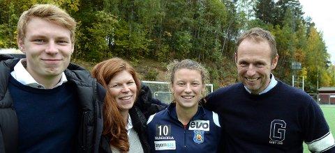 GLAD FAMILIE: Pappa Per Anton Hansen (t.h.) og mamma Britt Laila Skinnes, som her er sammen med den VM-klare datteren Synne, skal til VM i Frankrike. Lillebror Bjørnar må dessverre være hjemme. (FOTO: OLE JOHN HOSTVEDT)