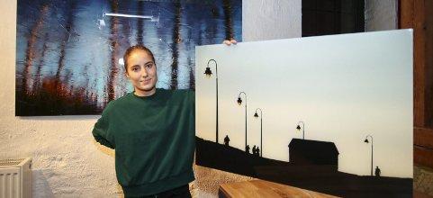 STORT SPENN: Bildene til Helena Løkkeberg viser stor variasjon. Det er nære bilder i abstrakt form og tradisjonelt foto. Her med bildene «Jeløy» (bak) og «Cádiz».