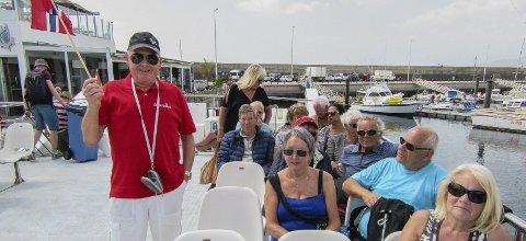 Jan Grøtting Simonsen fikk jobb som reiseguide for 44 pensjonister i Lanzarote. Her er han med flagg og t-skjorte på katamaranen med glassbunn så folk kan se på fiskelivet.