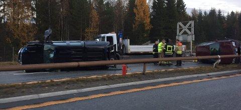 ULYKKE: Tirsdag ettermiddag var fire biler involvert i en trafikkulykke på E6 ved Tangen i Stange. Nordgående kjørefelt er stengt som følge av dette. (Foto: Rune Hagen)