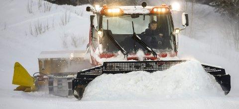 GYVER LØS: Kurt Vonheim var i går ferdig med grovarbeidet med nedfartene i Skillevollen Alpinsenter. Tross lite snø rapporterer han om sjeldent fine forhold når bakkene nå åpner for sesongen.