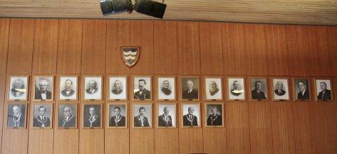 I den gamle kommunestyresalen hang fotografier av ordførerne i Sola.