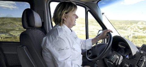 TINA TAXI: Når Tina Thyholdt Hansen kjører taxi, passer hun på at alle er med og har det bra. Hver mandag, onsdag og fredag i sommer kjører hun. Hun blir aldri lei. Foto: Bjørn Harry Schønhaug