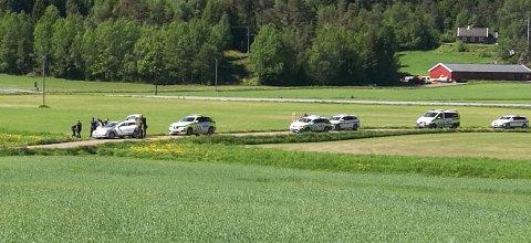 STOR AKSJON: Minst fem politibiler deltok i aksjonen. Bildet er tatt kl 11.38
