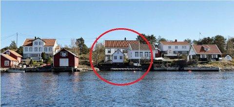 Lyngørsia: Slik vil det nye huset se ut fra sjøen. Det er delvis dekket av eksisterende bebyggelse. Knut Aall mener det ikke glir inn i boligmiljøet i Lyngør. Tegning: Arkitekt Kim Skaara