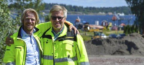 SPENNENDE: Eskil Thorkildsen og  Ole Bergersen har mange spennende jobber å se framover til. Her foran tomta i Horten hvor RS-tunet skal ligge.