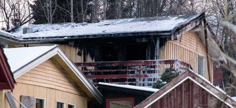 BRANT: Natt til lørdag brant huset i Solfallsveien i Ås. Heldigvis kom ingen personer til skade.