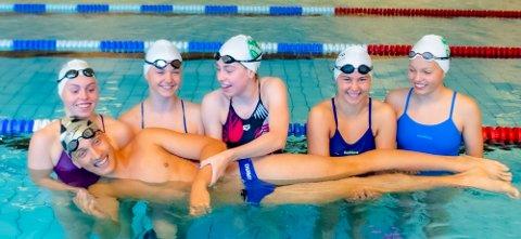 Disse Ås-svømmerne deltar denne helgen i NM langbane i Bergen. Fra venstre Marie Hellberg Munthe (18), Rina Øvergaard (15), Oda Løtuft Johansen (19), Olivia Kjellberg (17), Karen Hellberg Munthe (15), og foran Herman Riis Langhammer (16).