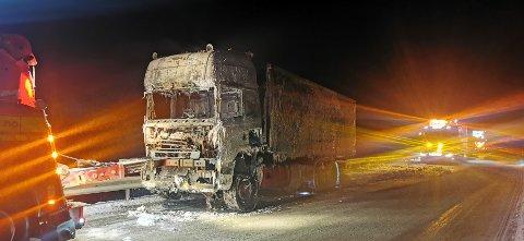 SLØKT: Det var brann i denne lastebilen natt til tysdag, og E16 var stengd.
