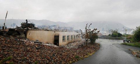BRANN NED: Vindafjordhallen i ruinar etter brannen i 2019. Kor den nye svømmehallen i Vindafjord skal byggjast, er det usemje om.