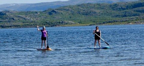 SURFERE: Ingrid Golten(t.v.) og Tonje Holst Samuelsen testet forholdene for surfing i Lakselv mandag.