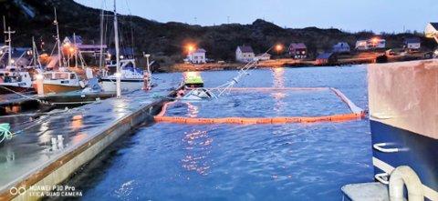 MÅTTE LEGGE UT LENSER: En fiskebåt sank ved kai i Bergsfjord i Loppa kommune natt til fredag.