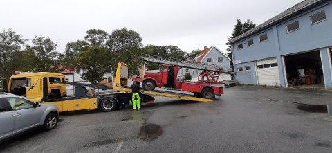 Brannbilen blir heist opp på NAF-bilen.