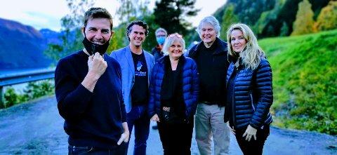 Celebert besøk: – Det artigste familiebildet noensinne, sier Andre Eidskrem. Fra venstre: Tom Cruise, Andre Eidskrem, Anne Eidskrem, Egil Eidskrem, og Linn Eidskrem Handeland. I bakgrunnen står filmregissør Christopher McQuarrie. Bildet er tatt av Tom Cruises svoger.