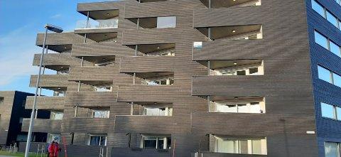 MASSIVT: Mange av beboerne synes fasaden fremstår massiv og mørk med treverk på verandaen. De ønsker å bytte til lettere glassfasader, for å få mer lys og utsikt.