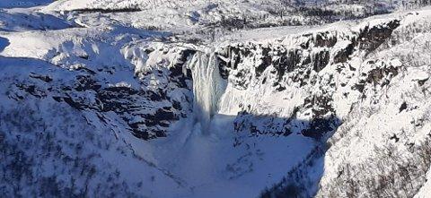 SPEKTAKULÆRT: Vannføringen i Kalvedalsfossen har frosset til is i kuldeperioden. FOTO: INNSENDT