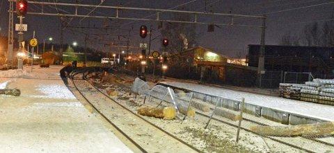 ALVORLIG: Kun 20 sekunder før perrongen ble fylt med flyvende tømmerstokker forlot lokaltoget stasjonen. Foto: SHT