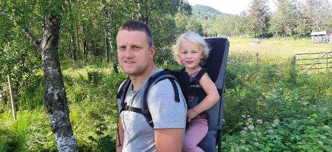 Trond Hopstad sammen med datteren Terese på tre år.