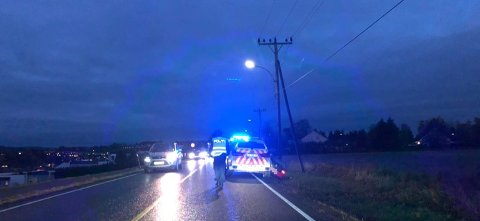 SLAPP TROLIG UNNA: Sjåføren sjekkes av helsevesenet, men er trolig ikke alvorlig skadd, opplyser politiet fredag. FOTO: Siren Gunnarshaug