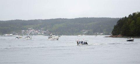 Det var alle slags båter i kortesjen, men jollene imponerte særlig tilskuerne.