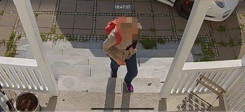 Tom Sigsgaard har overvåkningskamera på tomten sin, og Svelviksposten har fått se video fra hendelsen med den innpåslitne dørselgeren.