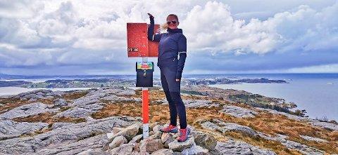En smilende Wenche Ertvaag på toppen av Bremsneshatten på Averøy søndag. Hun kaller Stikk Ut-opplegget for «genialt».