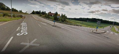 I DAG: Ekeneskrysset slik det ligger idag, der Tanstadveien (til høyre) og Føynlandveien munner ut på Smidsrødveien i hvert sitt T-kryss. Fremtidens løsning blir en rundkjøring der Føynlandveien tar av idag.