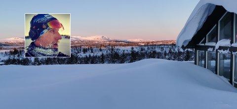 HYTTEKONTOR: Foran panormavinduene på hytta har Rune Steinsvik (innfelt) rigget seg til med kontor. Dette har vært arbeidsplassen hans i mange uker det siste året.