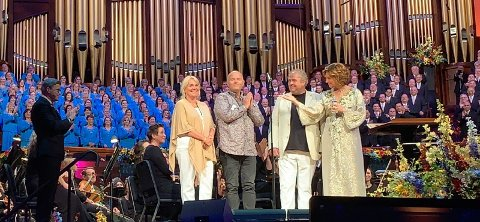 Etter konserten i Temple Square ble Håkon kalt opp på scenen sammen med Sissel, og ble sunget og spilt for av The Mormon Tabernacle choir and orchestra. Foto: Privat