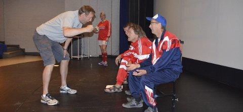 Følg med: Embret Nordseth tar regi-rollen på alvor og forsøker å få fotballgjengen til å henge med. Alle Foto: Trond Findahl