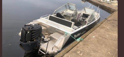 FUNNET: Denne båten ble funnet drivende på sjøen lørdag morgen.
