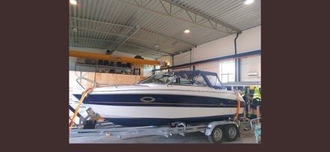 STJÅLET: En 21-fots Yamarin er stjålet fra Kvavik i Lyngdal. Båten lå på vannet da tyveriet fant sted.