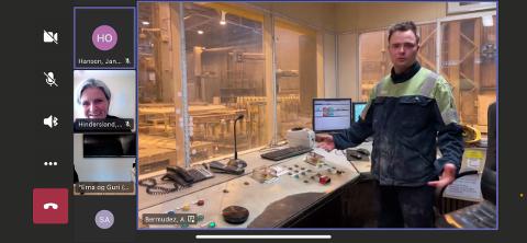 STØPERIET: Støperiet på Alcoa ble også besøkt via skjerm der operatør Sondre Jakobsen fortalte om støpeprosessen og han sa at bedriften trenger gode strømavtaler for å fortsette å utvikle bedriften.