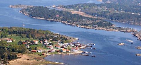 Hans H. Utgård er redd Hvaler i fremtiden ikke lenger får bestemme over egen herligheter, her Herføl (foran) og Søndre Sandøy.