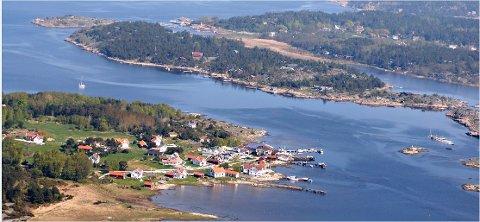 Til venstre ligger Herføl, til høyre sees naboøya Søndre Sandøy. På begge disse øyene er det boplikt.