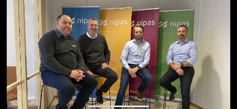 Fra venstre Kim A. Johansen (daglig leder Solid Prosjekt), Terje Lyngaas, (konsernsjef i Solid Gruppen), Andreas M. Akselsen (Godthåb Holding AS) og Tony Øvrevik (administrerende direktør Nipas) etter avtalen om oppkjøpet.