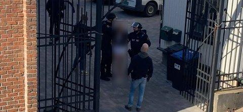 Politiet forsøkte først å skyte mannen med en strømpistol, men mislyktes. Senere fikk de omsider kontroll på vedkommende.