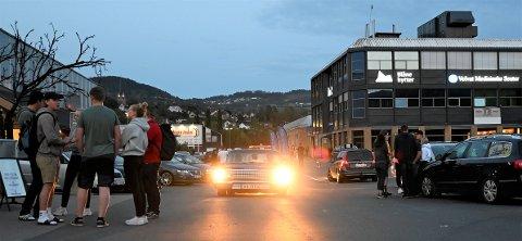 Tre hundre biler samlet seg på Strandtorget da Pistoncrew arrangert meet lørdag kveld.