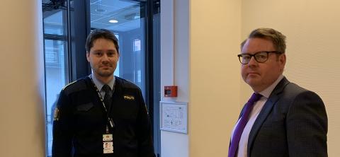BA OM INNLEGGELSE: Politiadvokat John Olav Thorbjørnsen og siktedes forsvarer Ben Einar Grindhaug var i retten mandag enige om at mannen i 20-årene nå må innlegges på sykehus.